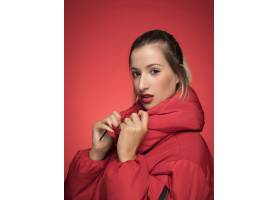 身穿红色夹克的美女摆姿势_5263767