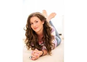 躺在地板上的漂亮女孩_6087971