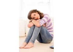 躺在地板上的漂亮女孩_6087977