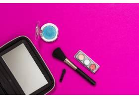 镜子粉色背景上的化妆笔和眼影_4435646