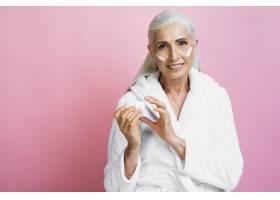 面带微笑的老年妇女涂抹保湿霜_5431138