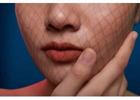 面目全非的女子在摄影棚里用渔网遮住脸部摆_5576507