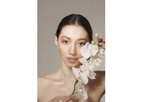 深色头发的女孩拿着鲜花摆姿势_4606979