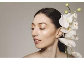 深色头发的女孩拿着鲜花摆姿势_4606980