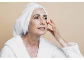 清洁身着浴袍的老年妇女_5431158