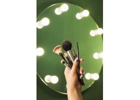 女孩在镜子前拿着化妆刷_4871488