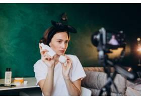 女性美容博主拍摄关于面霜的Vlog_6213204