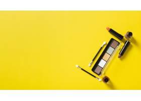 带复印空间的黄色背景化妆品俯视图_5616502