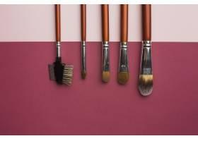 带有化妆笔刷和粉色背景的顶视图框_5590471