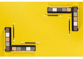 带有复制空间的黄色背景上的调色板的俯视图_5617078