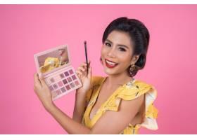 带着化妆刷和化妆品的女人肖像_5095763