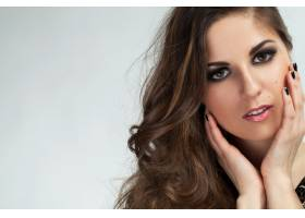 一位留着卷发化着妆的漂亮年轻女子_5981042