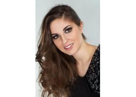 一位留着卷发化着妆的漂亮年轻女子_5981044