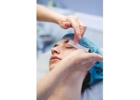 一名在美容院接受面部护理的女孩_4724481