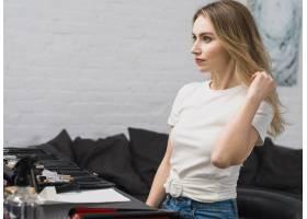 一名年轻女子在工作室里做发型_4298936