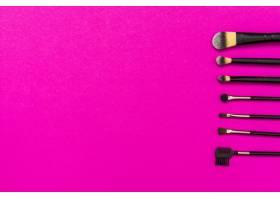 一排带有复印空间的化妆笔可在粉色背景上_4441165