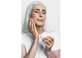 优雅成熟的女性涂抹保湿霜_5431190