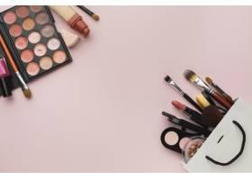 粉色背景上带化妆框的平铺杂物_5590467