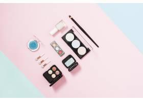 粉色背景上的化妆刷和化妆品眼影调色板和致_4435587