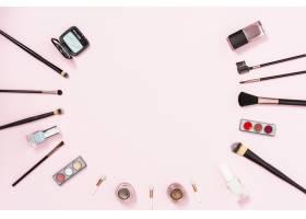 粉色背景上的化妆刷和装饰性化妆品留有书_4435568