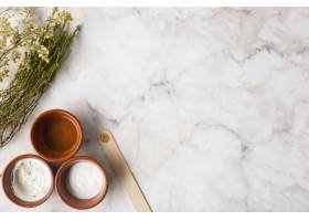 餐桌上有俯瞰的草药和奶油_5724359