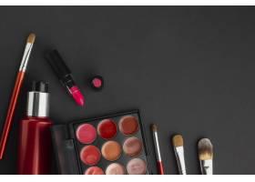 黑色背景上有彩妆产品的平铺杂色_5590513