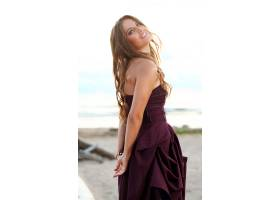 美丽的女孩在海边摆姿势_5980662