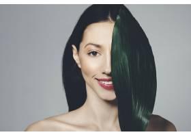 深色头发的女孩拿着异国情调的叶子摆姿势_4606953