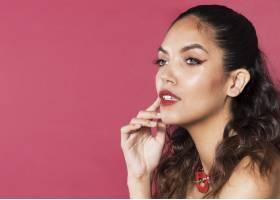 年轻女子化着五颜六色的彩妆带文案空间_5930456