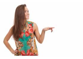 年轻快乐的女人在什么东西上表演_6023152