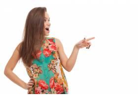 年轻快乐的女人在什么东西上表演_6023153
