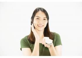 年轻美女使用保湿霜进行面部护肤女人和美_5072215