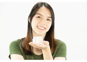 年轻美女使用保湿霜进行面部护肤女人和美_5072216