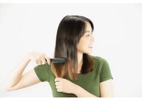年轻美女开心地用梳子梳直头发女性美容护_5072212