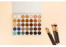 彩色背景上带有化妆笔刷的多色眼影调色板_4426732