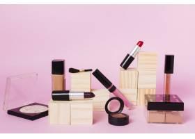 彩色背景上的专业化妆工具_4857054