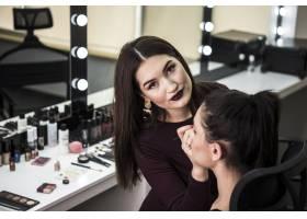 可爱的化妆师特写_5823283