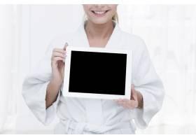 在水疗中心使用平板电脑的女性_4837791