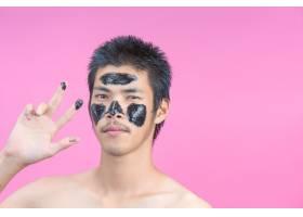 在脸上涂上黑色化妆品脸上有粉红色的帅哥_5598353
