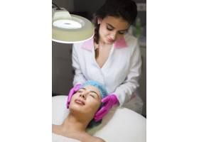 一名在美容院接受面部护理的女孩_4724432