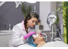 一名在美容院接受面部护理的女孩_4724435