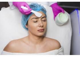 一名在美容院接受面部护理的女孩_4724437