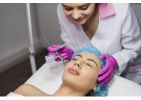 一名在美容院接受面部护理的女孩_4724449
