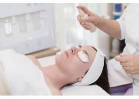 一名在美容院接受面部护理的女孩_4724457