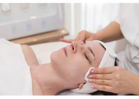 一名在美容院接受面部护理的女孩_4724461