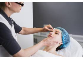 一名在美容院接受面部护理的女孩_4724473