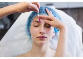 一名在美容院接受面部护理的女孩_4724478