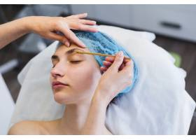一名在美容院接受面部护理的女孩_4724480
