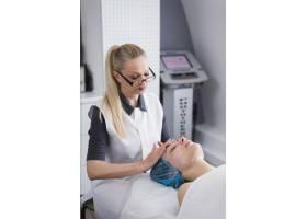 一名在美容院接受面部护理的女孩_4724482