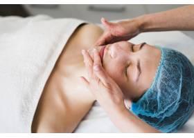 一名在美容院接受面部护理的女孩_4724484